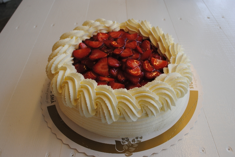 Jordgubbstårta - Sockerkaka, grädde, vaniljkräm, jordgubbssylt, färska jordgubbar och gelé.
