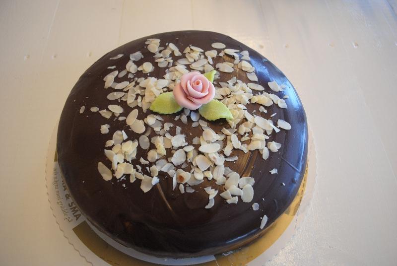 Sevilla - Sockerkaka, grädde, vaniljkräm, marsipan med chokladöverdrag & mandel.