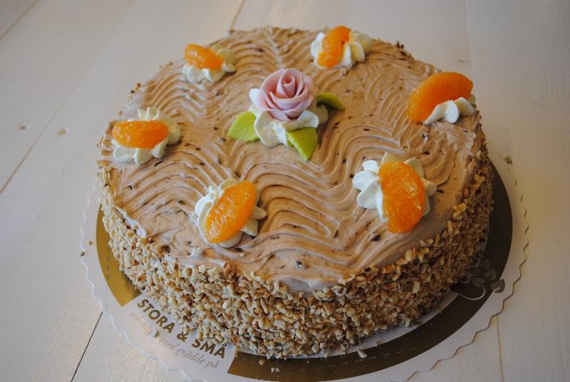 Valentino - Sockerkaka, aprikossylt, vaniljkräm, grädde blandat med hasselnötter, nöttryffel, mandariner.